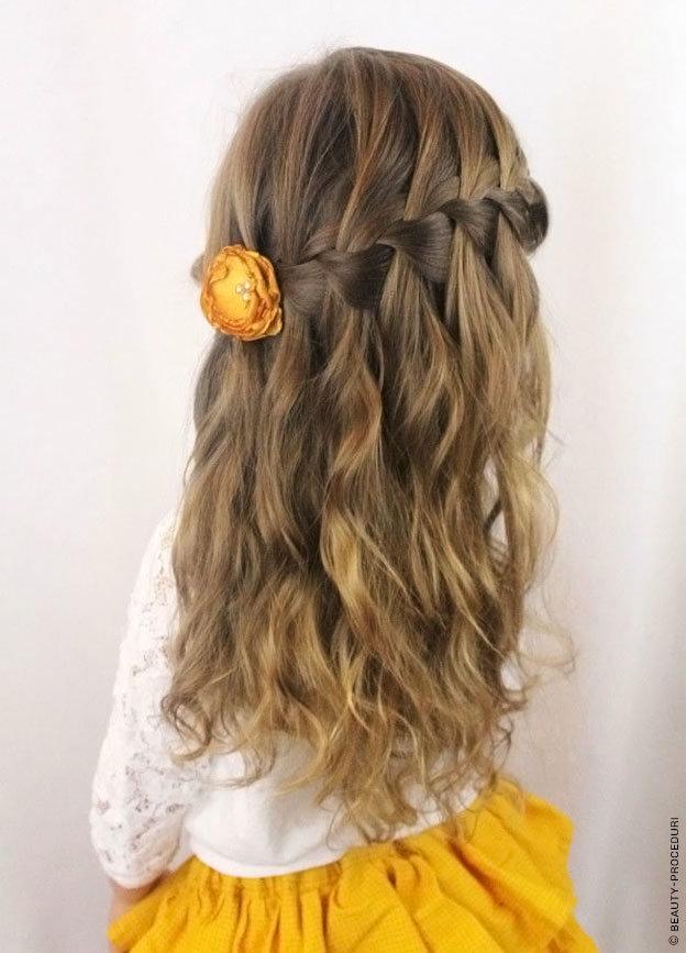 Прическа в садик с распущенными волосами