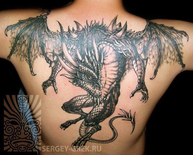 Тату драконов на пояснице