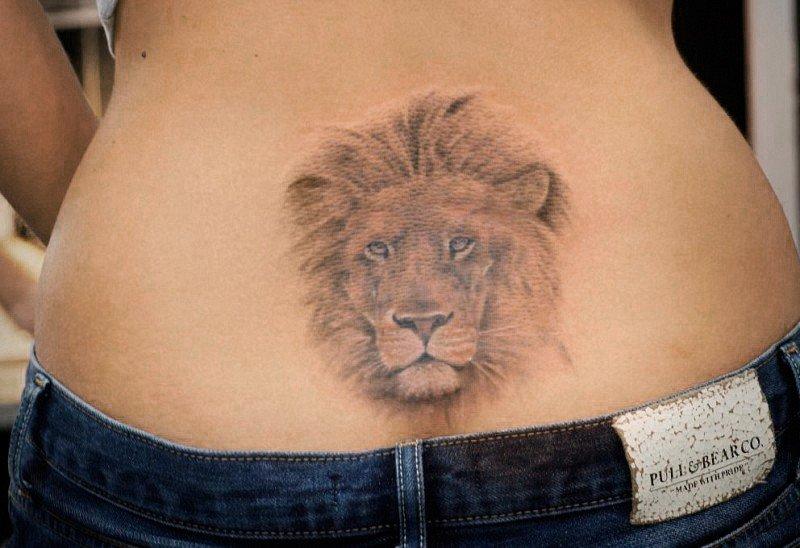 Тату льва на пояснице