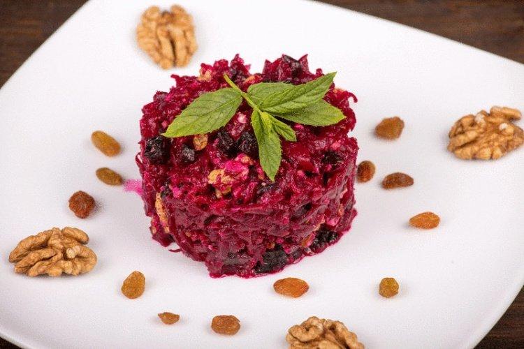 Салат со свеклы с изюмом и орехами рецепт с