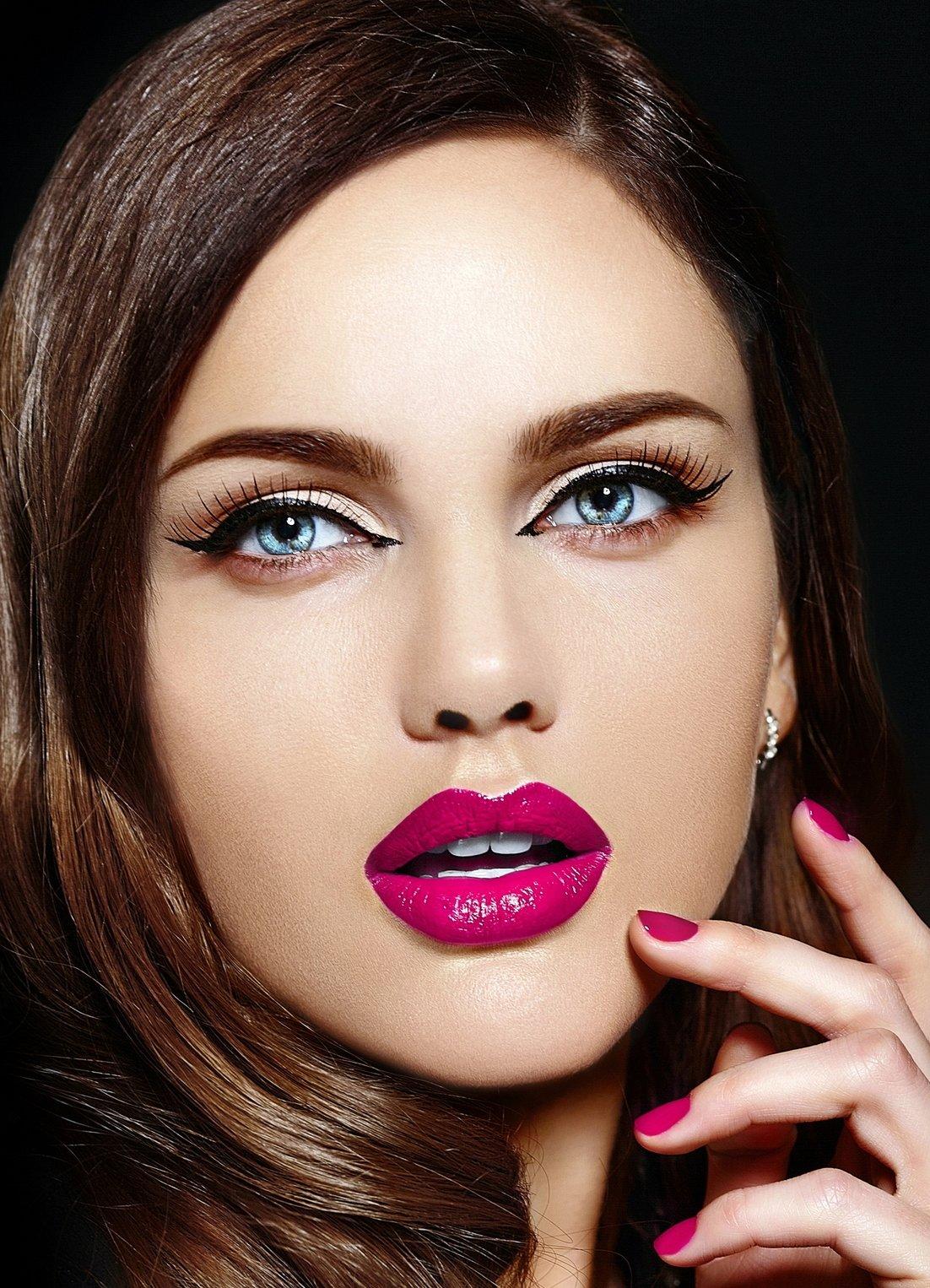 Красивый яркий макияж для брюнеток