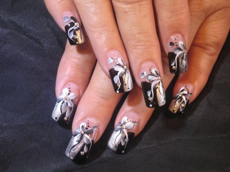 Черный дизайн ногтей с цветами