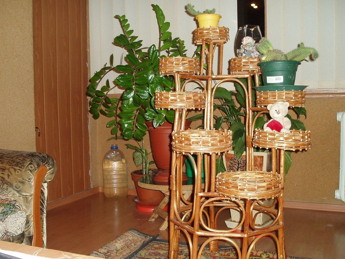 Деревянная подставка для цветов фото
