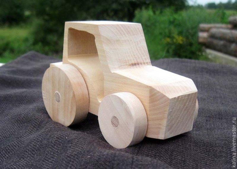 Игрушечный трактор из дерева