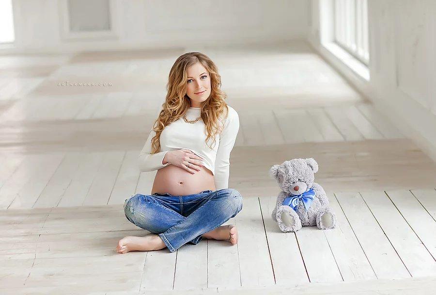 Фотосессия для беременных в джинсах и белой рубашке 46