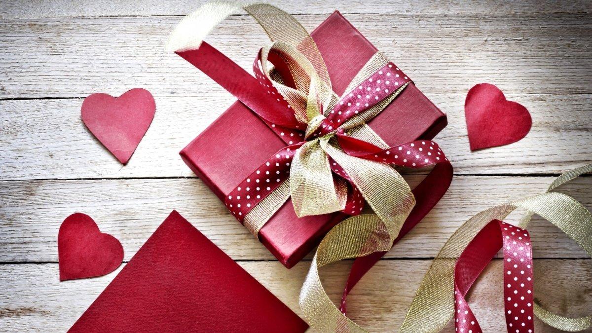 Красиво завернутый подарок