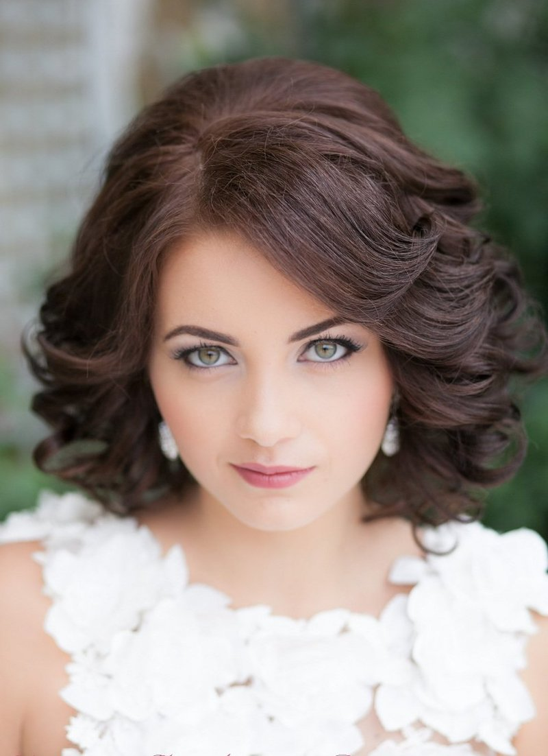 Свадебная прическа на короткие волосы с челкой и фатой