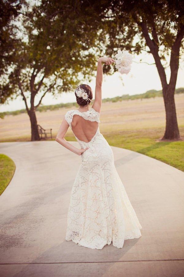 Девушки в свадебном платье спина