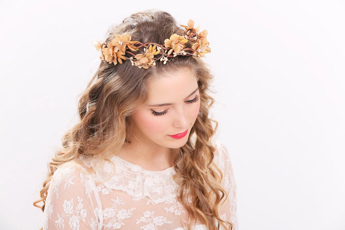 Свадебная прическа с цветочным ободком