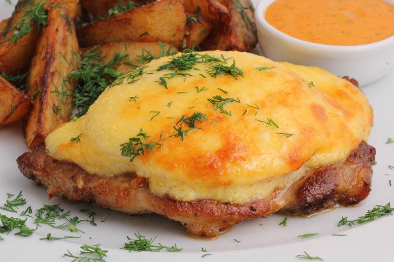 Свинина запеченная в духовке с сыром и помидорами рецепт