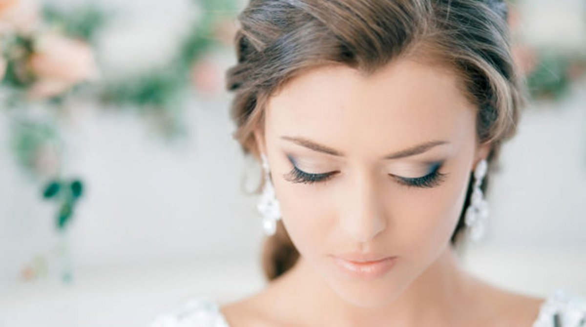 Нежный макияж и прическа фото