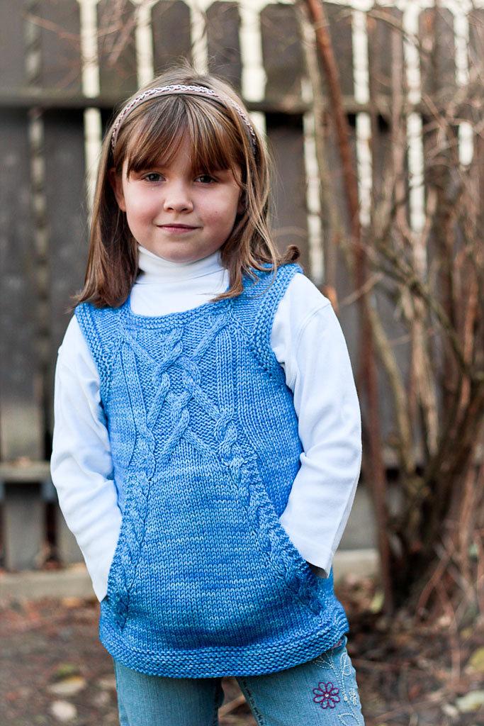 Вязание спицами безрукавок для девочки 433