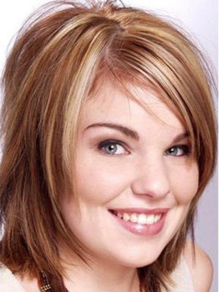 прически для круглого лица фото редкие волосы