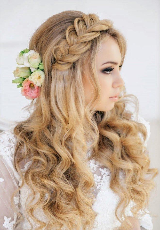 Модные локоны в косе