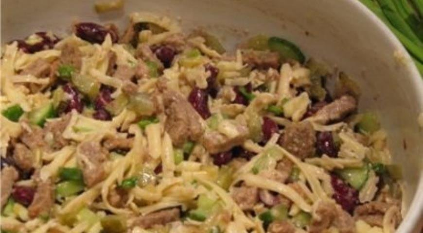 Салат с сухариками и фасолью сыром рецепт пошагово