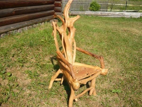 Стул из веток дерева