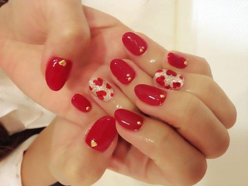 Маникюр на короткие ногти в красном цвете