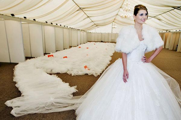 Свадебное платье с огромным шлейфом
