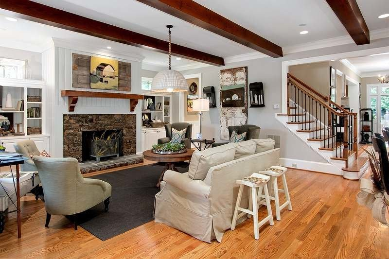 Гостиная с деревянной лестницей дизайн интерьера