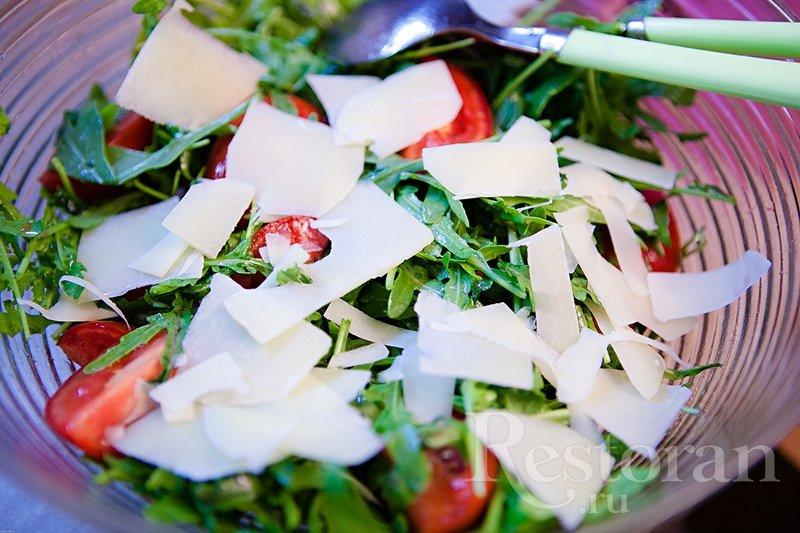Салат простой из рукколы