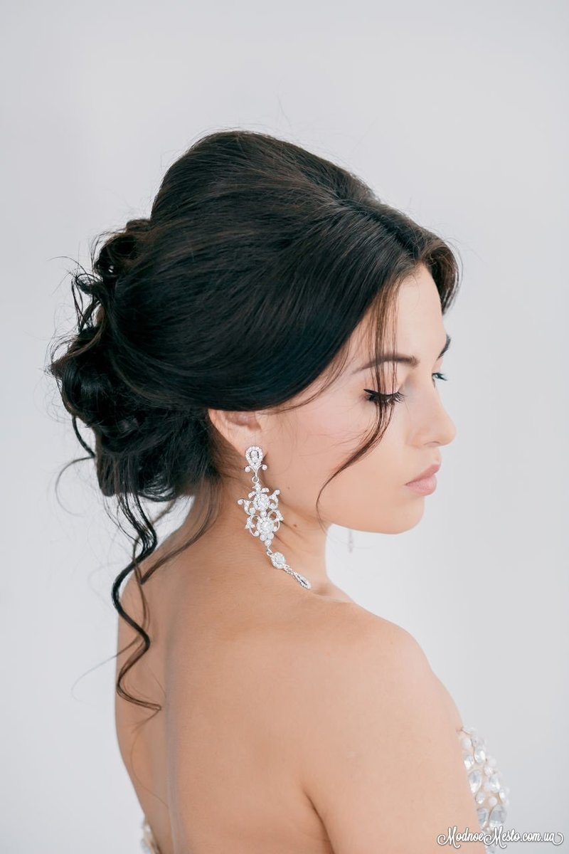 Прически для брюнетки на свадьбу