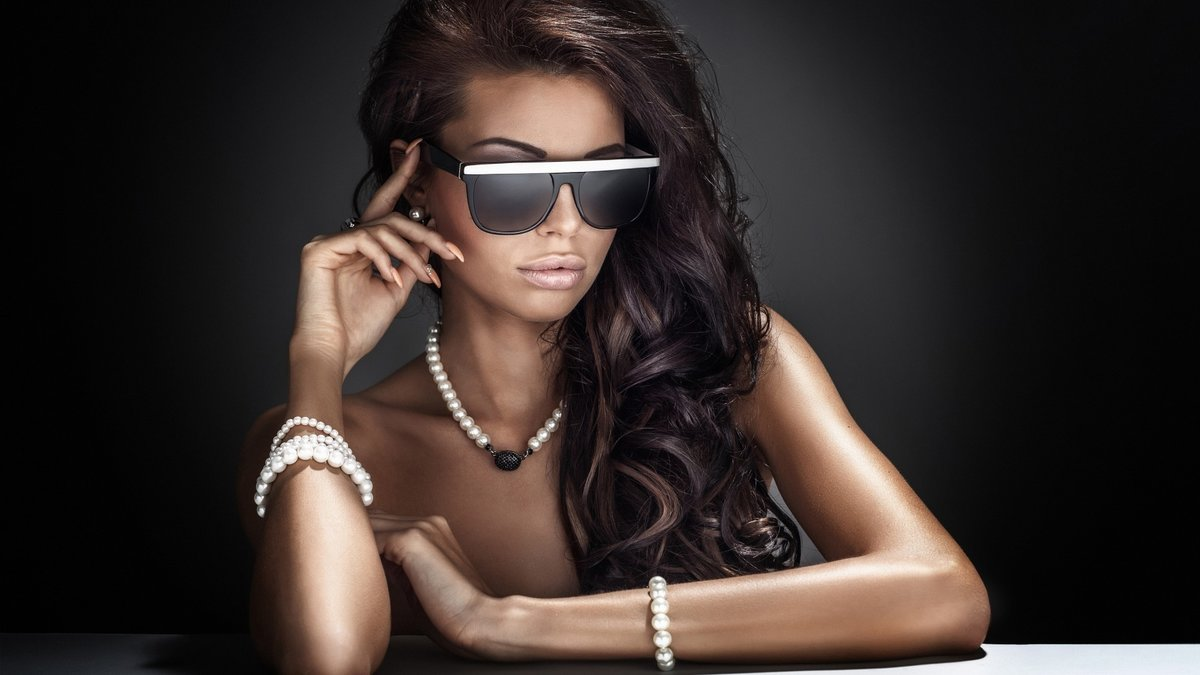 Гламурные фото девушек в очках брюнетки