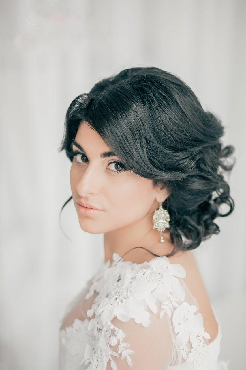 Свадебные прически на волосы до плеч с челкой и фатой