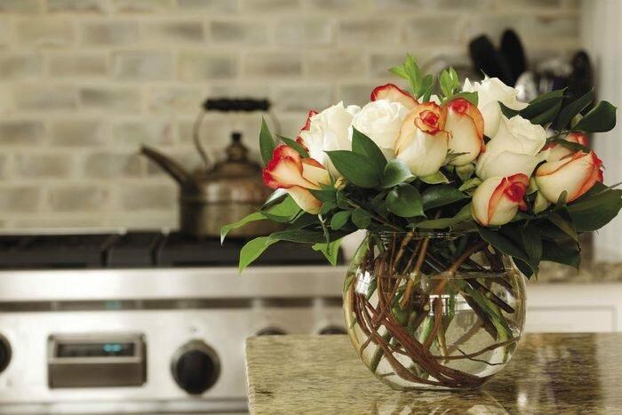 Искусственные цветы в вазах в квартирах