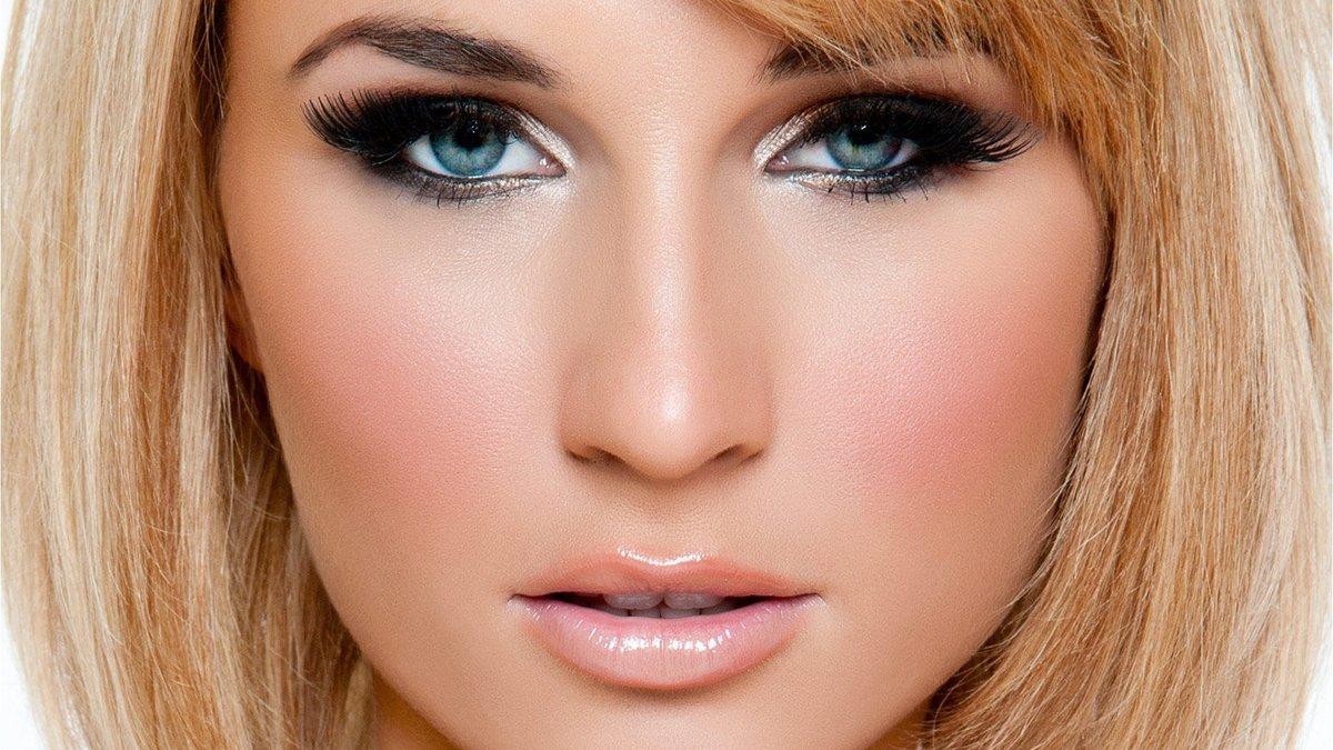 Макияж женщины с о светлыми волосами и голубыми глазами