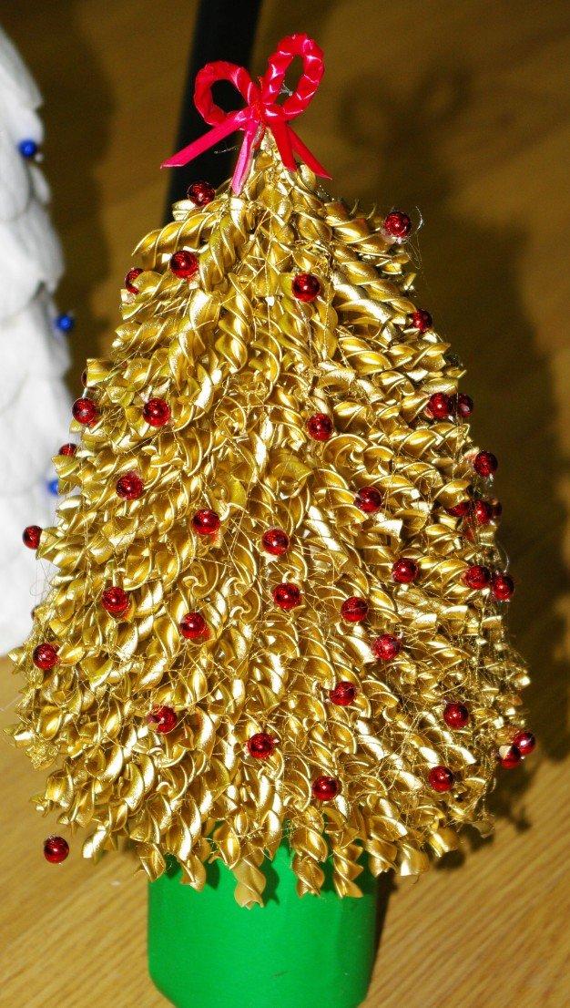Новогодняя ёлка с украшениями из макарон - карточка от пользователя Red.Grat в Яндекс.Коллекциях
