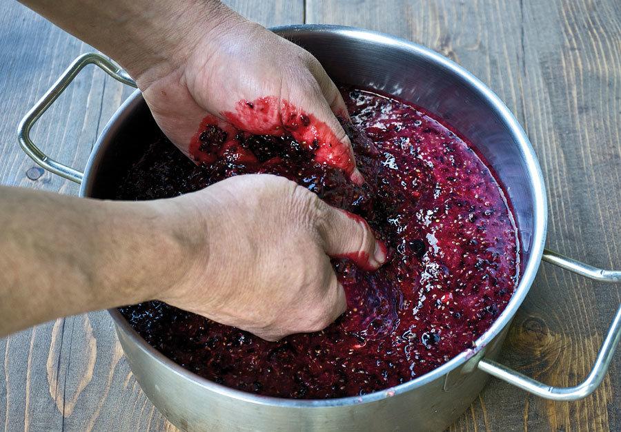 Вино из сока чёрной смородины в домашних  31
