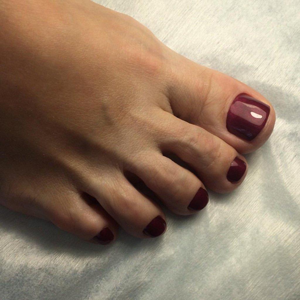 Ногти со стразами фото на ногах с темным
