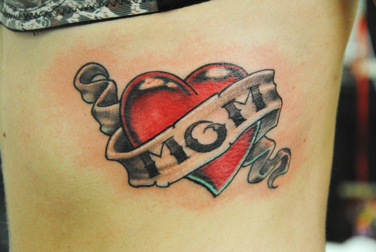 Тату надпись под сердцем мама