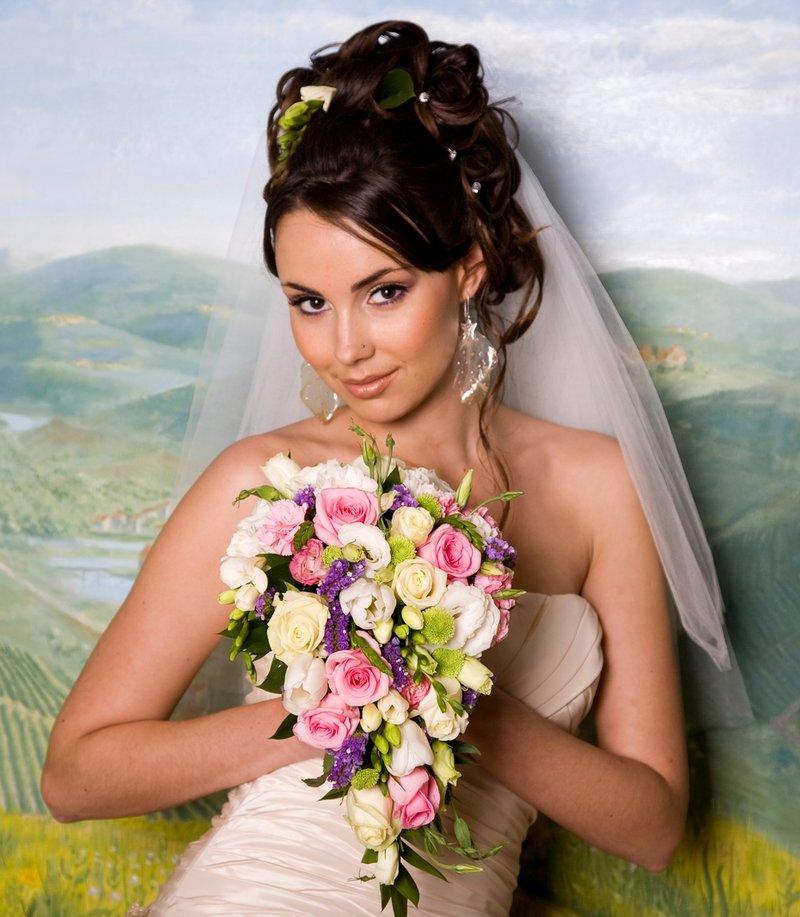 прически свадебные с фатой парень и женщина