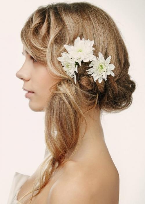 Прическа с хризантемами