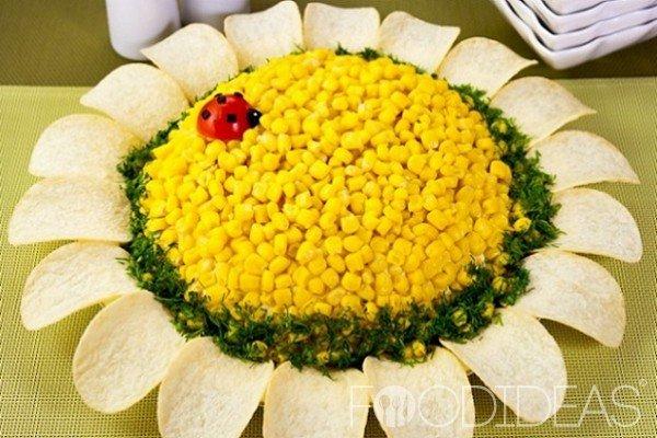 Салат подсолнух с крабовыми палочками с чипсами