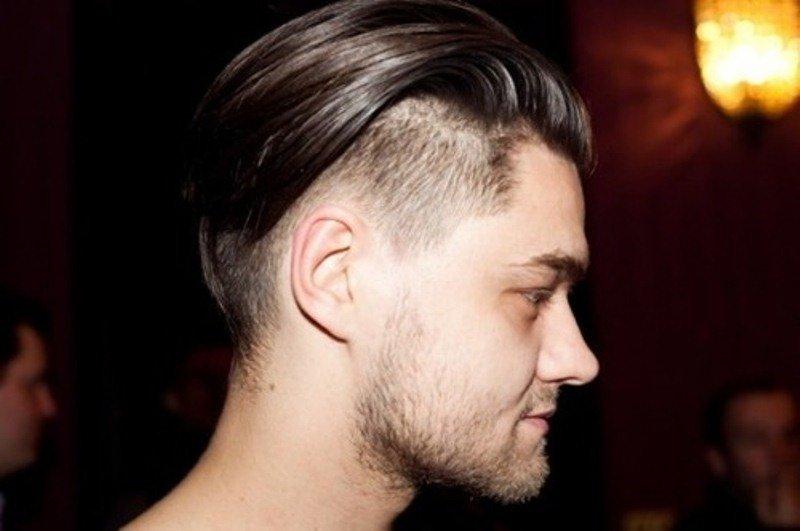 Причёска мужская с выбритыми боками и хвостиком