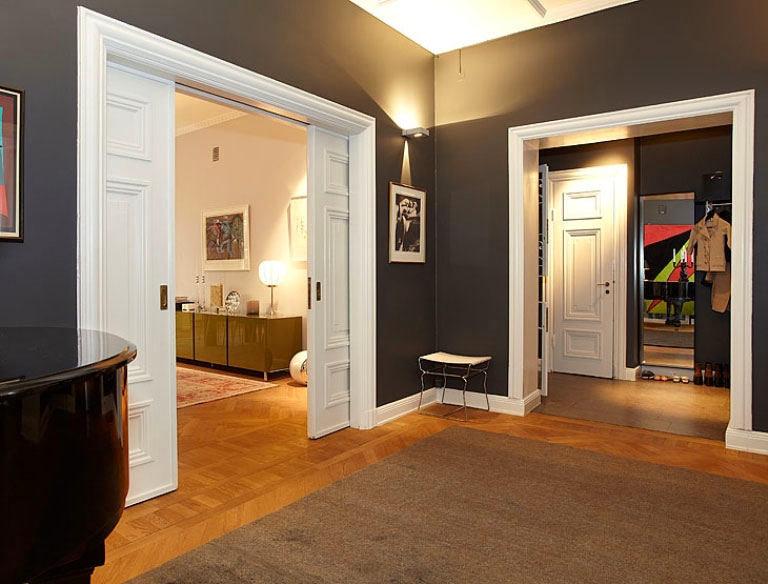 Серый пол темные двери в интерьере фото