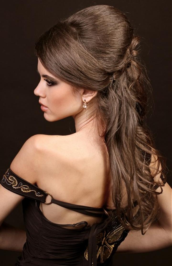 Вечерние прически на средние волосы с челкой к длинному платью