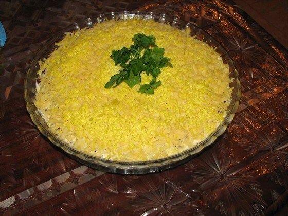 Салат с красной фасолью сыром и курицей с