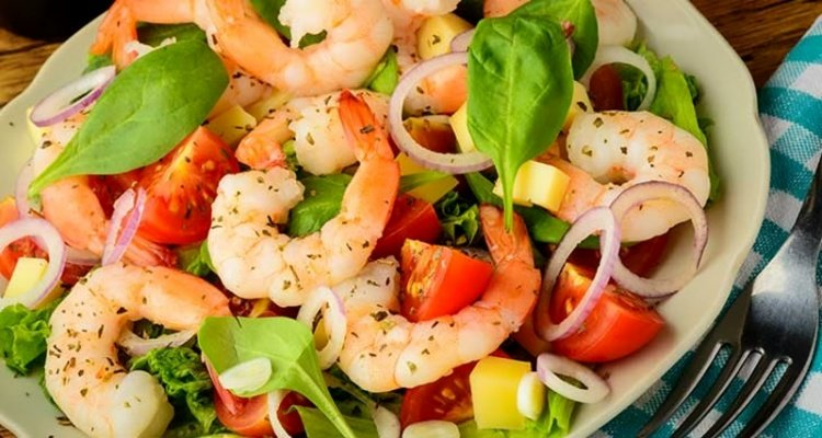 Простой и очень вкусный салат с креветками с фото