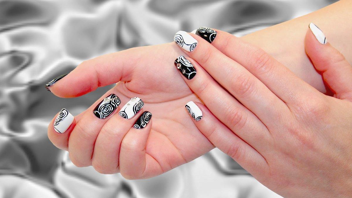 Дизайн с черным и белым лаком