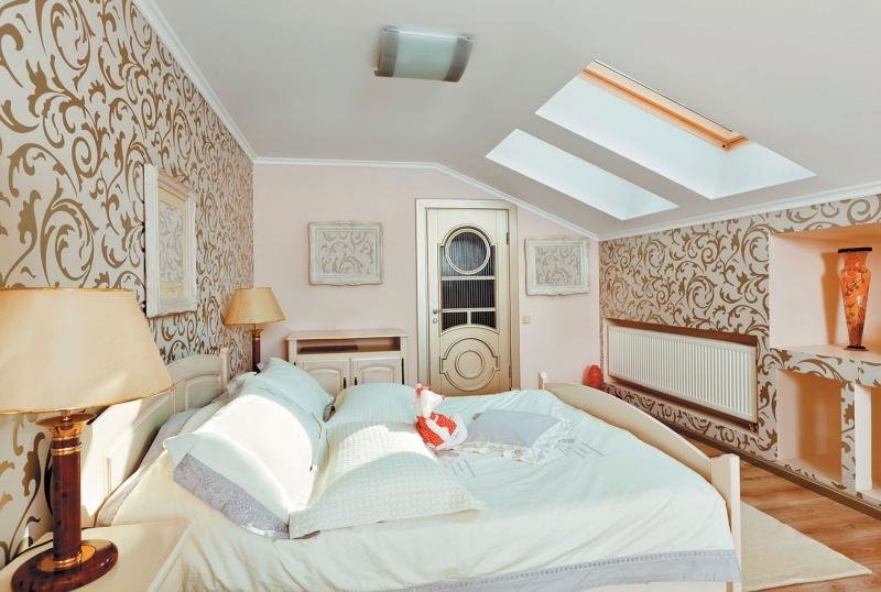 Интерьер спальни мансардного типа фото с окном в фронтоне