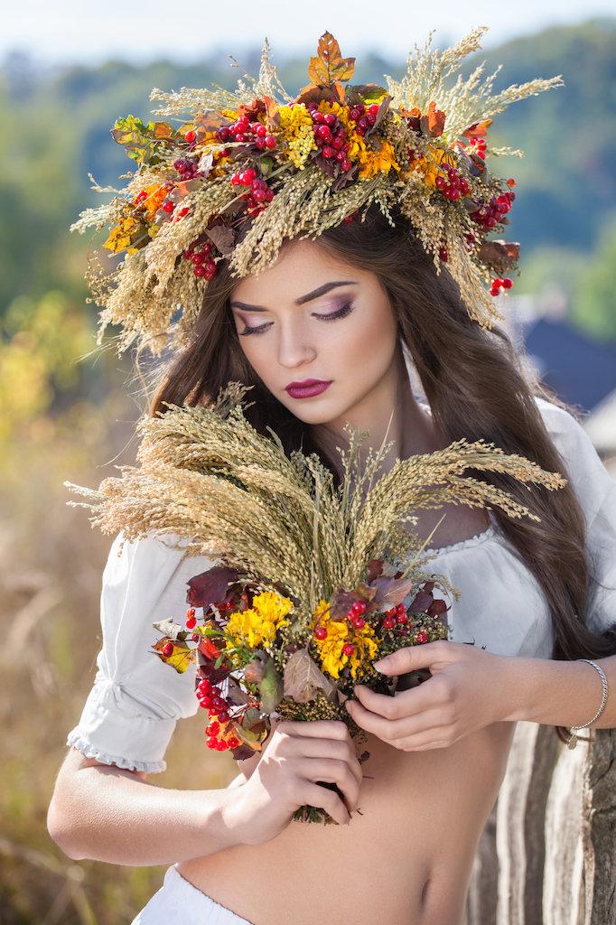 В венке из полевых цветов