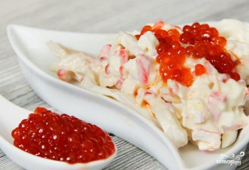 Салат с икрой крабовыми палочками и кальмарами рецепт