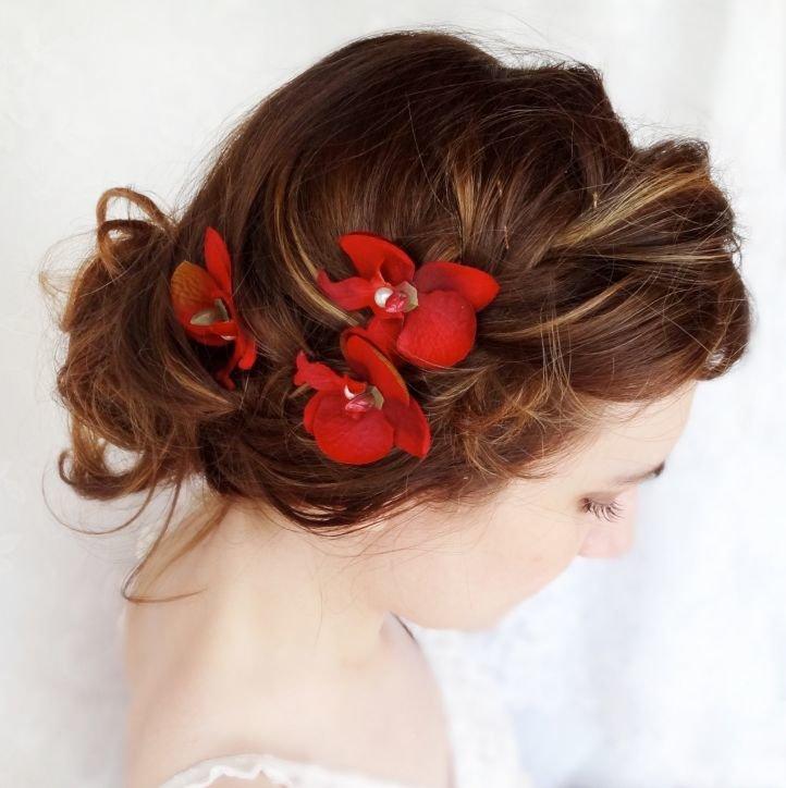 Свадебная прическа с красными цветами