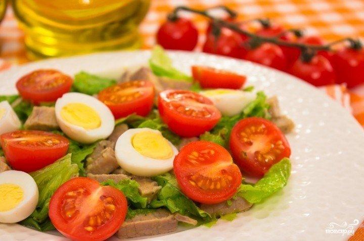 Салат с помидором и яйцом и мясом