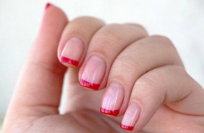 Красный френч на ногтях коротких