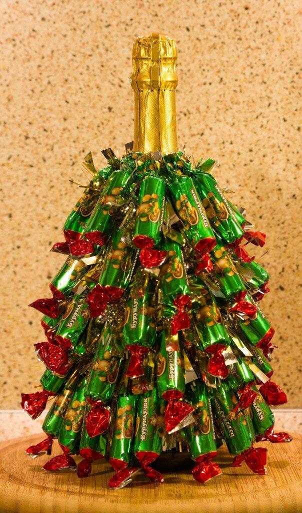 Как сделать елка на шампанском с конфетами