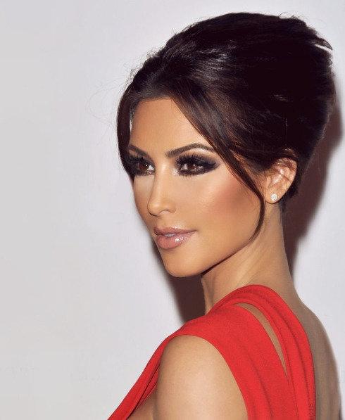 Красное платье коричневый макияж